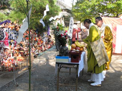 11月<br />-勝願寺境内 人形供養祭-